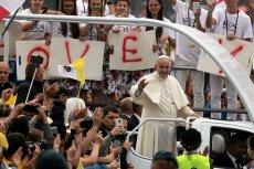 Jedni przeżywają ŚDM w Krakowie, inni śmieją się z papieża Franciszka.