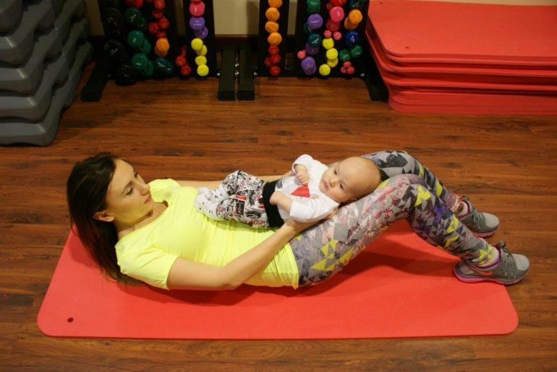 Jeśli maluch nie trzyma główki samodzielnie spróbujmy ułożyć dziecko tak, by było mu wygodnie  w trakcie ćwiczeń.