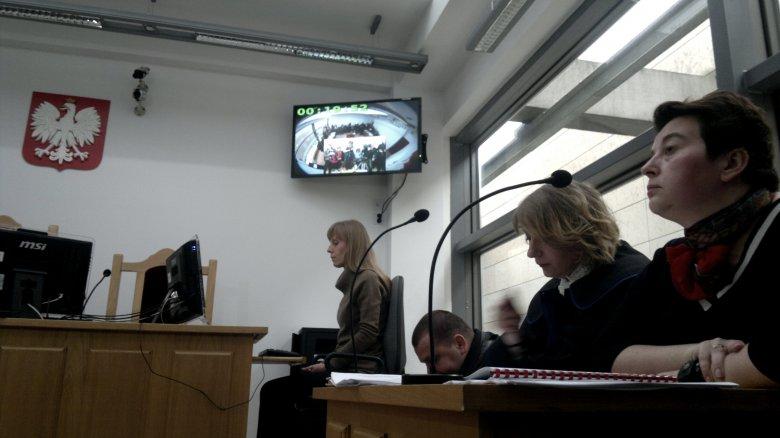 Prezydent Krakowa Magdalena Środa ze swoim pełnomocnikiem na sali sądowej.
