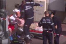 Służby z Marsylii opatrują rannych kibiców na ulicy.