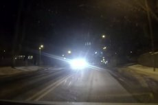 Czy to UFO? Nie, to auta mają często źle wyregulowane lub za mocne światła i przez to oślepiają innych kierowców.
