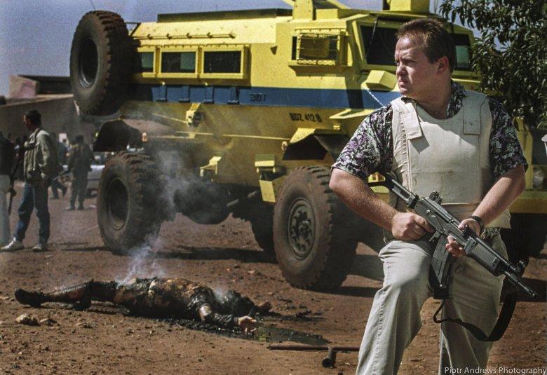 Policjant koło ciała białego pracownika firmy wodociągowej. Mężczyznę spalono żywcem w townshipie Katlehong.