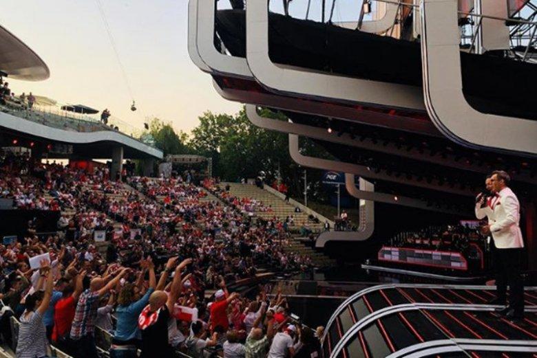 Puste ławki podczas pierwszego dnia festiwalu w Opolu przykuły wzrok wielu widzów.
