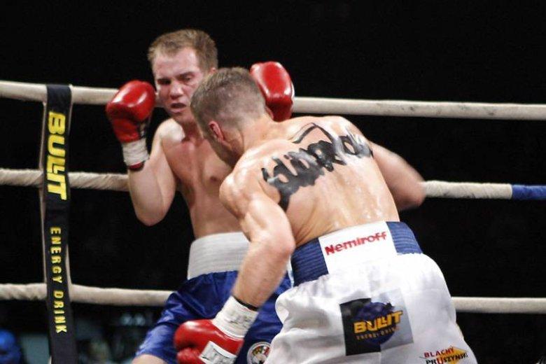 """Damian Jonak to nie tylko niepokonany bokser. To też aktywny działacz """"Solidarności"""", który nazwę związku ma wymalowaną na plecach."""