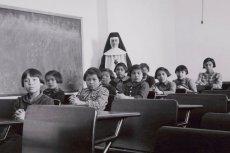 Rdzenne dzieci były zabierane rodzicom i zamykane w szkołach z internatem prowadzonych przez Kościół na terenie całej Kanady (zdjęcie z lutego 1940 roku)