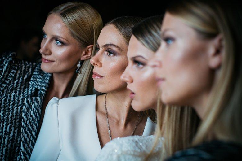 Modelki biorące udział w pokazie Tomasza Olejniczaka przed wyjściem na wybieg