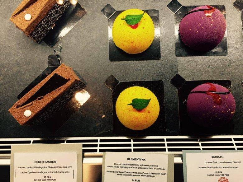 Ceny w DESEO zaczynają się od 14 zł za ciastko. W ofercie są także czekoladowe pralinki.