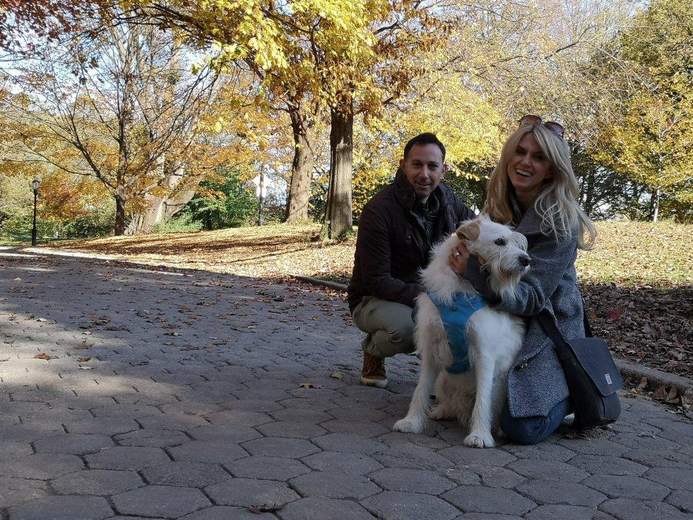 Magda Muszyńska-Chafitz od 10 lat mieszka w Nowym Jorku. Na zdjęciu z mężem Robbiem i ich psem. Jest licencjonowaną przewodniczką i autorką bloga Little Town Shoes.