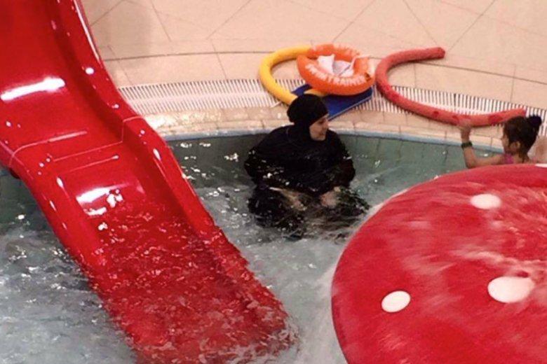 Muzułmanka w burce na basenie wywołała żywiołową dyskusję w internecie.