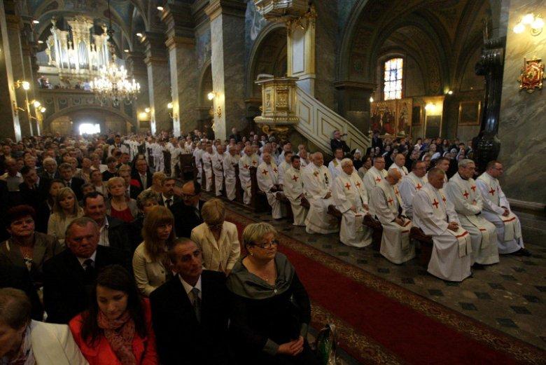 Nie wszyscy księża ślubują zachowanie celibatu.