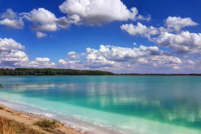 Lazurowy kolor wody jezioro zawdzięcza węglowodanowi wapnia. Niestety kąpiele są zabronione
