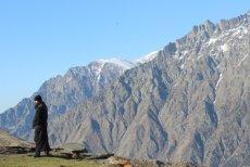 Prawosławny mnich, klasztor Cminda Sameba. W tle góry Kaukazu.