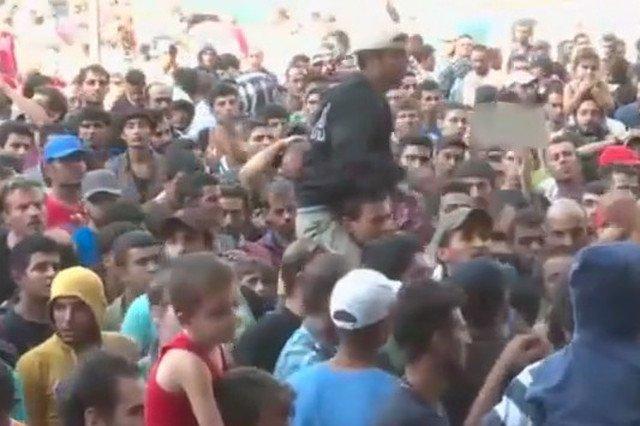Uchodźcy stłoczeni pod dworcem Keleti w Budapeszcie