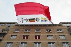"""Transparent """"Naziole won"""" na trasie Marszu Niepodległości w Warszawie."""