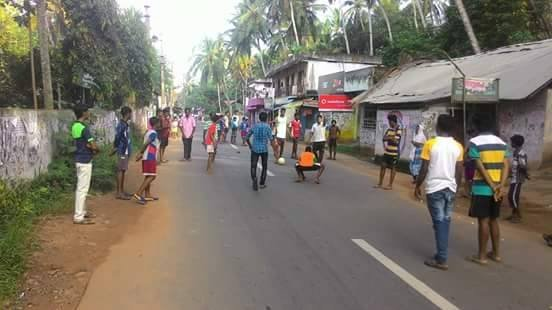Podczas przedłużających się protestów rodziców, dzieci bawią się na ulicy. Indie.