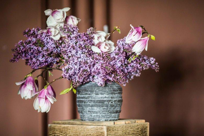 Bez, magnolia, tulipany - bukiet jak z obrazu, a wykonanie jest banalnie proste: wkładamy gałązki magnolii, wolne miejsce wypełniamy bzem i gdzieniegdzie przetykamy tulipanami.