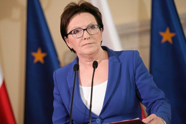 W kwietniu 2010 r. minister Ewa Kopacz jako ochotniczka pojechała do Moskwy, by towarzyszyć rodzinom ofiar katastrofy lotniczej w procesie identyfikacji zwłok. Dziś nie chce już rozmawiać o Smoleńsku.