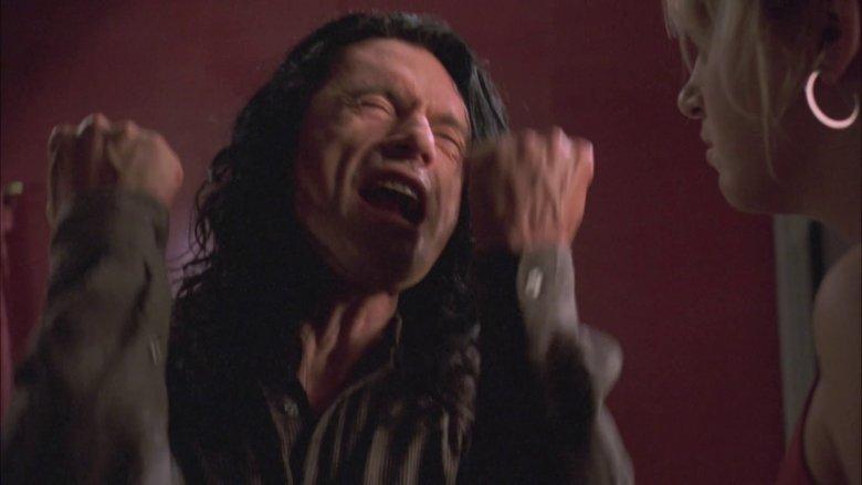 Tommy Wiseau jest tak fatalnym aktorem, że momentami go szkoda.