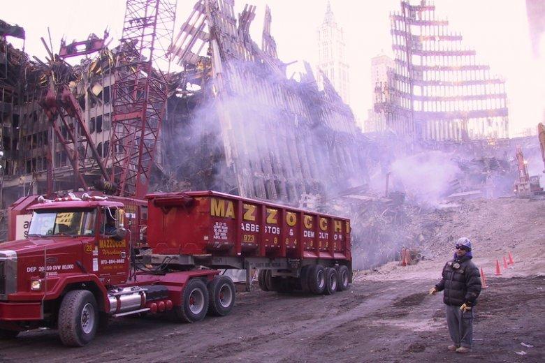 Zdjęcia przedstawiają moment sprzątania po zamachu na WTC.