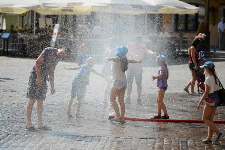 W upalne dni w Warszawie przy Pl. Zamkowym wystawiane są kurtyny wodne.