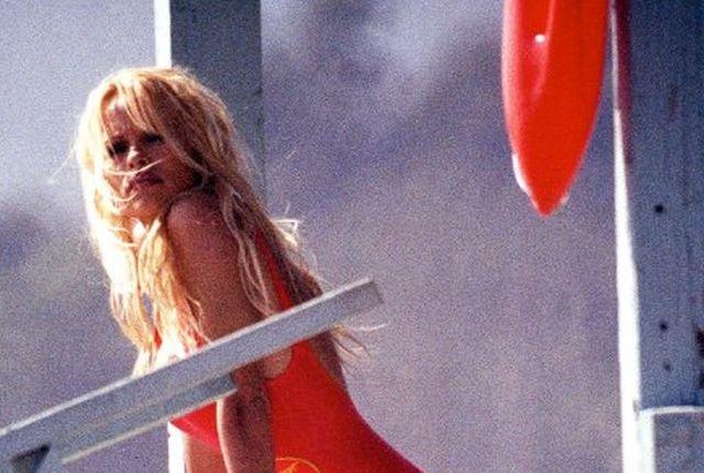 """Pamela Anderson zaczęła karierę dzięki roli w """"Słonecznym Patrolu""""."""