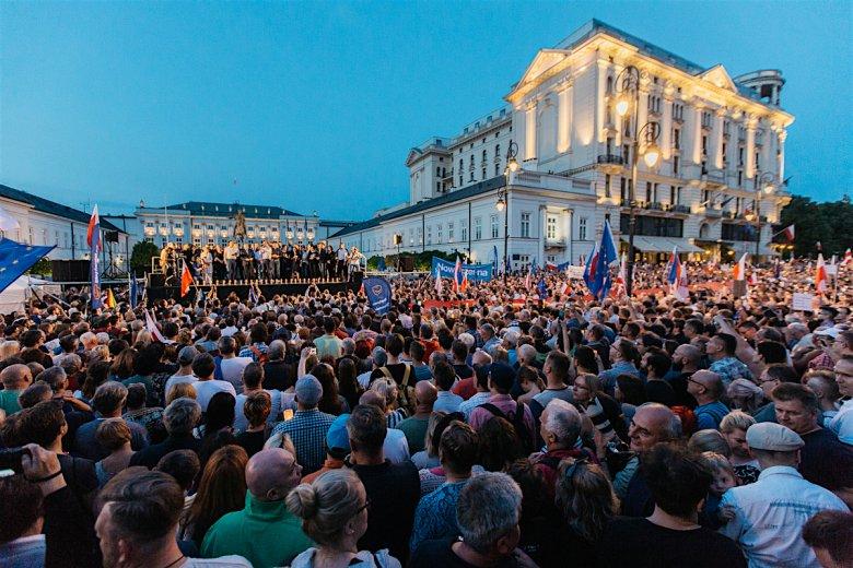 Na scenie liderzy partii opozycyjnych, posłanki i posłowie, którzy najbardziej udzielali się sejmowej walce o SN oraz prof. Adam Strzembosz, twórca i pierwszy prezes Sądu Najwyższego.