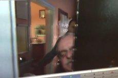 Poseł PiS zdenerwował się, gdy dziennikarka zadała mu niewygodne pytanie, dlatego wypchnął ją za drzwi swojego biura. Wszystko uchwyciła kamera.