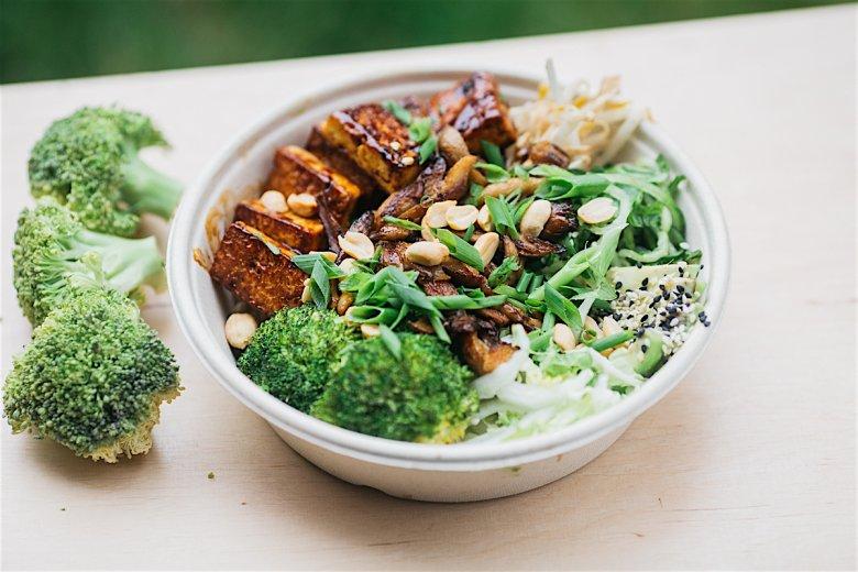 Buddah z Hanoi z pieczonym tofu, kiełkami fasoli Mung i podgotowanym brokułem, VegeLabb Mińska 25c
