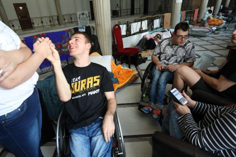 Osoby niepełnosprawne i ich opiekunowie od 18 kwietnia protestują w Sejmie.