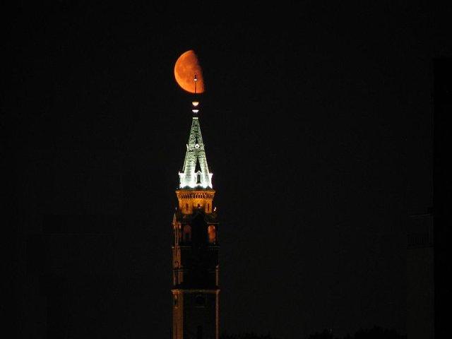 Wieża kościoła na Nowolipkach nocą