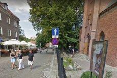 """Pub """"Qźnia Muzycznych Klimatów""""(po lewej) dzieli od kościoła mniej niż 50 metrów..."""