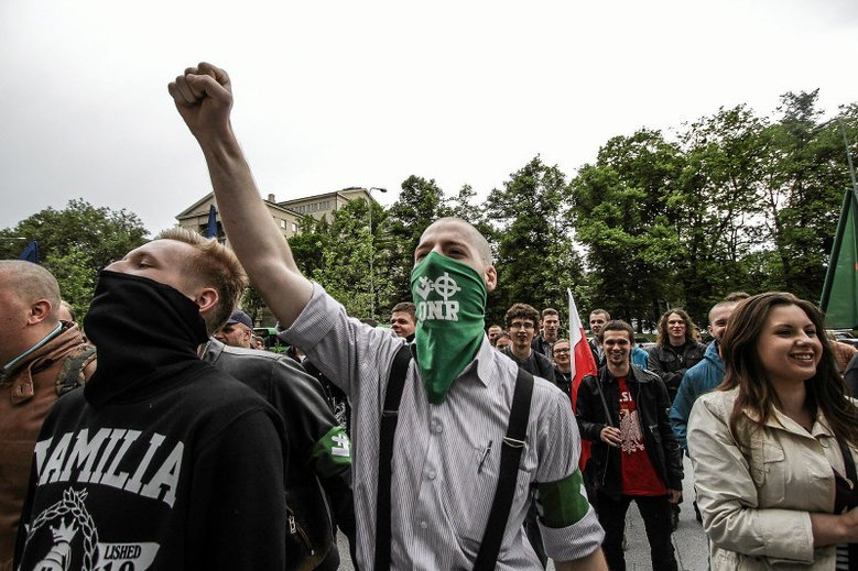 """""""Superwizjer"""" TVN24 ujawnił prawdę o polskiej skrajnej prawicy. Na nagraniach widać, jak narodowcy uwielbiają Adolfa Hitlera i czczą symbole III Rzeszy."""