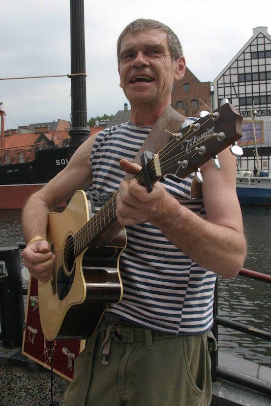 """Lech Dyblik jest także piosenkarzem, mającym na koncie albumy """"Bandycka dusza"""" (2011) i  """"Dwa brzegi"""" (2012)"""
