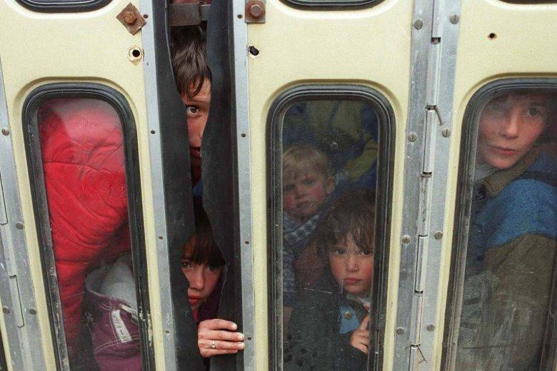 Kwiecien 1999 r. Pogranicze Kosowa i Czarnogóry. Uchodźcy z Kosowa wywożeni do obozu przejściowego w Rozaje.