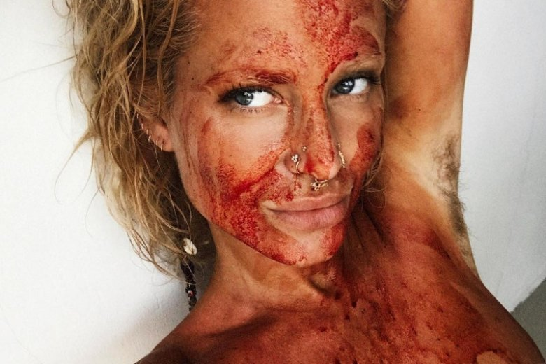 Zdjęcie z krwią menstruacyjną na twarzy wywołało falę hejtu. Czy słusznie?