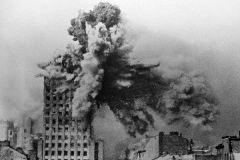 """Gmach """"Prudentiala"""" trafiony niemieckim pociskiem"""
