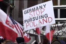 Ponad 150 osób wyraziło swoje niezadowolenie z komentarzy niemieckich polityków i mediów dotyczących obecnej sytuacji w Polsce .