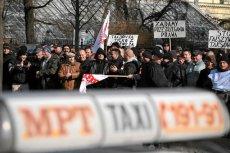 Protest taksówkarzy przeciwko nielegalnemu przewozowi osób.