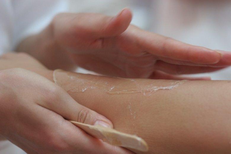 Sugaring to doskonała, mniej bolesna alternatywa dla wosku. Pasta cukrowa nie podrażnia skóry i można ją wykonać samodzielnie