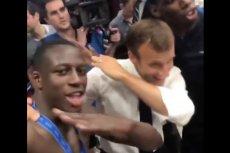 Emmanuel Macron i Benjamin Mendy dabbują we francuskiej szatni po finale mistrzostw świata w Rosji.