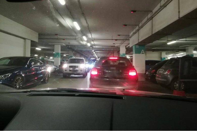 Tłumy kierowców w Arkadii podczas Czarnego Piątku.