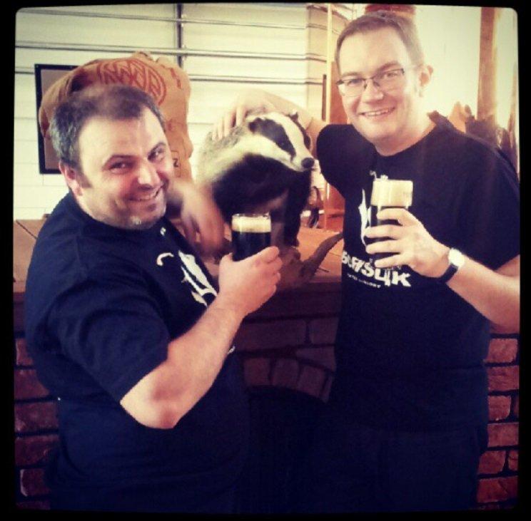 Od lewej: Wojtek Frączyk (właściciel Browaru Widawa), wypchany borsuk, Tomasz Kopyra (autor receptury i tego artykułu) na premierze piw w stylu Smoked Porter o nazwie Borsuk.