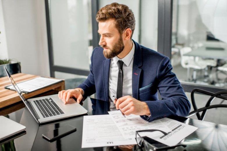 Faktoring to najprościej mówiąc pożyczka pod zastaw faktur, jakie przedsiębiorca wystawił swoim klientom. Usługa ta poprawia płynność finansową, której zagrażają długi terminy płatności na fakturach