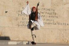 Zmiana warty przed grobem nieznanego żołnierza w Atenach.