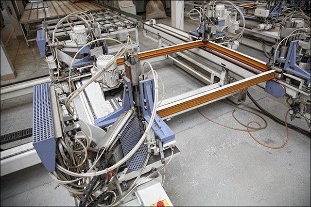 Maszyna sklejająca ramy okienne w fabryce Oknoplastu
