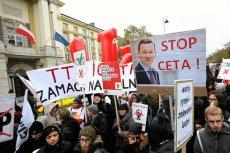 Demonstranci pikietuja pod Kancelaria Premiera - przeciwko porozumieniom CETA i TIPP.