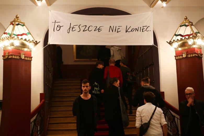 """Teatr Stary w Krakowie, taki baner zawisł podczas ubiegłorocznej premiery """"Wesela"""" Jana Klaty. Dziś bilety na ten spektakl drożeją o ponad 1/4."""