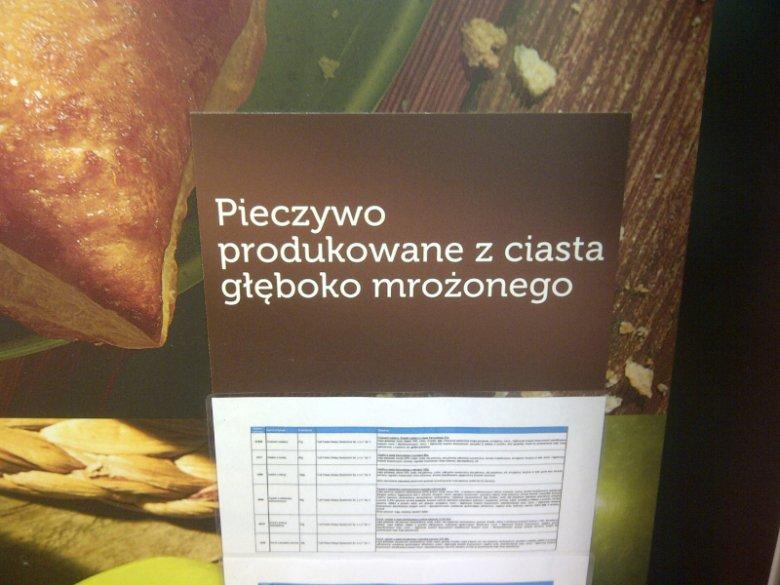 """Takie ostrzeżenie widnieje w Lidlu na warszawskim Gocławiu. Niestety, ostrzeżenie przyklejono niejako """"z tyłu"""" pieca"""