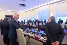 Gliński i Gowin kradną jabłko premierowi.