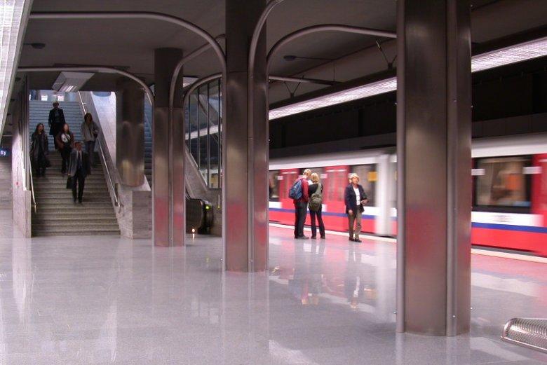 Stacja metra Ratusz Arsenał – w noc sylwestrową będzie nieczynna od godziny 21.00 do 2 w nocy.